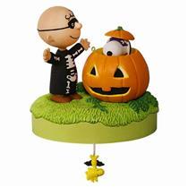 Hallmark Magic Halloween Ornament 2016 Trick or Treat - Peanuts Gang - #QFO5224
