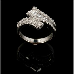 Ladies Beautiful 18k White Gold Round & Baguette Cut Diamond Ring .95ctw